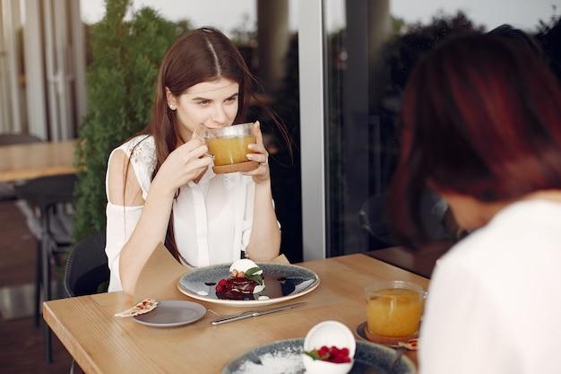 Moeder met volwassen dochterzitting in een koffie Gratis Foto