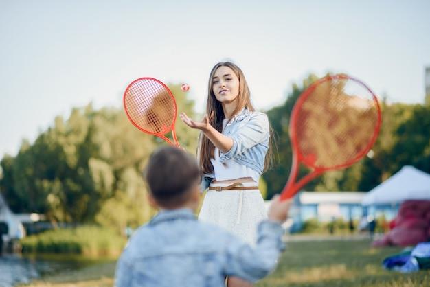 Moeder met zoon het spelen in een de zomerpark Gratis Foto