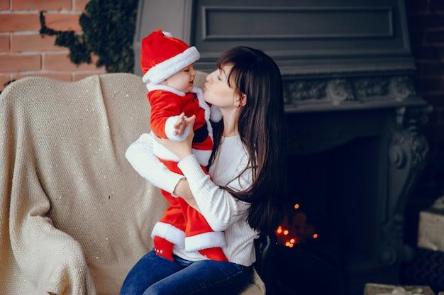 Moeder met zoon om thuis te zitten Gratis Foto