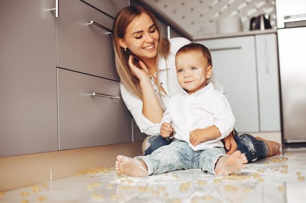 Moeder met zoon thuis Gratis Foto