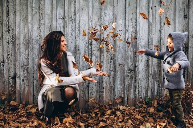 Moeder met zoontje in een herfst park Gratis Foto