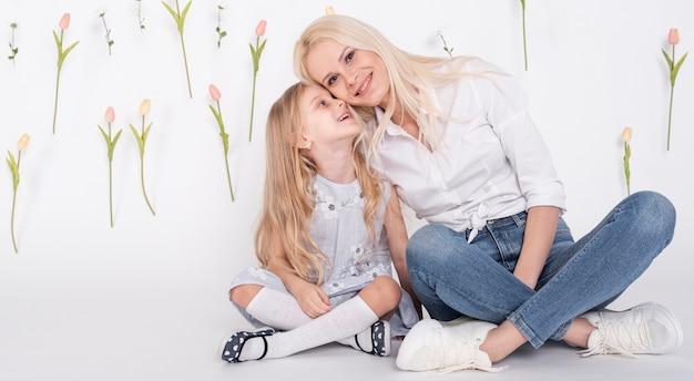 Moeder omhelst schattige kleine dochter Gratis Foto