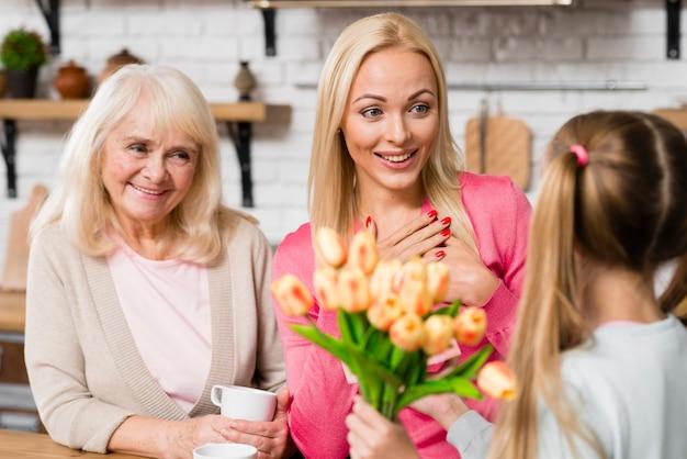 Moeder ontvangt een boeket bloemen van haar dochter Gratis Foto