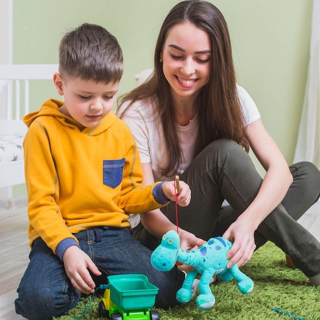 Moeder speelgoed met zoon spelen Gratis Foto
