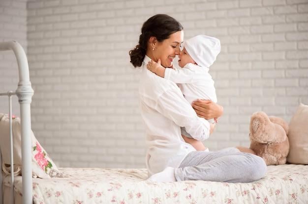 Moeder speelt met haar peuter Premium Foto