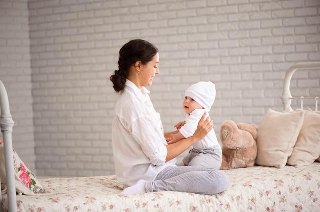 Moeder, spelen met haar peuter jongen glimlachen Premium Foto