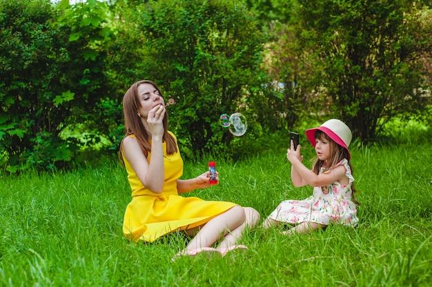 Moeder te bellen, terwijl haar dochter neemt foto's van haar Gratis Foto