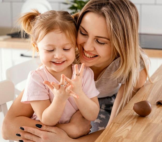 Moeder tijd samen met haar dochter thuis doorbrengen Gratis Foto