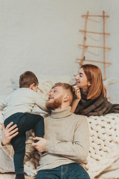 Moeder, vader en zoontje brengen samen tijd door Gratis Foto