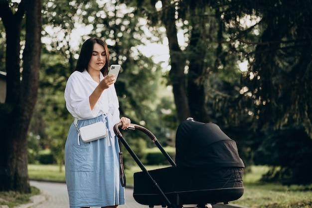 Moeder wandelen met haar dochtertje in park Gratis Foto