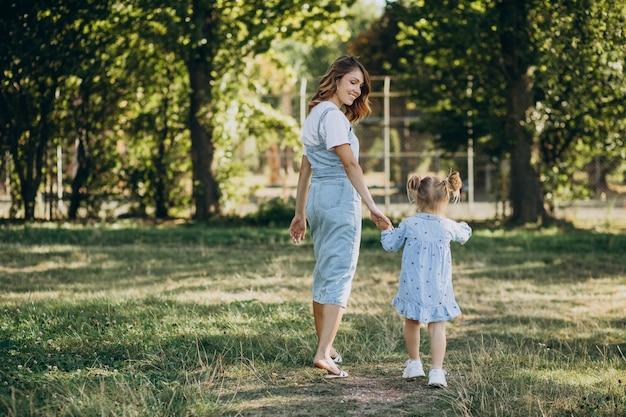 Moeder woith babymeisje plezier in park Gratis Foto