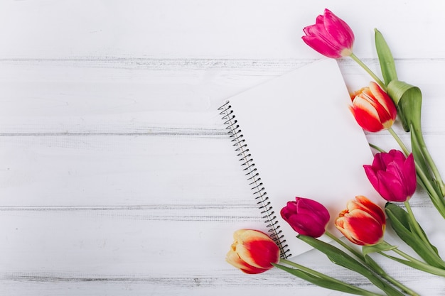 Moederdag. roze tulpen en laptop met kopie ruimte. Premium Foto