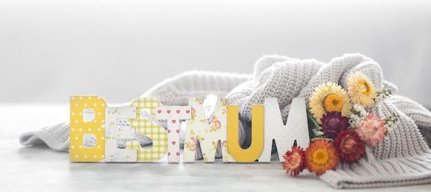 Moederdag vakantie muur, met bloemen en belettering. Gratis Foto