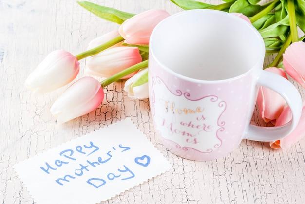 Moederdagconcept, de achtergrond van de groetkaart met bloementulpen Premium Foto