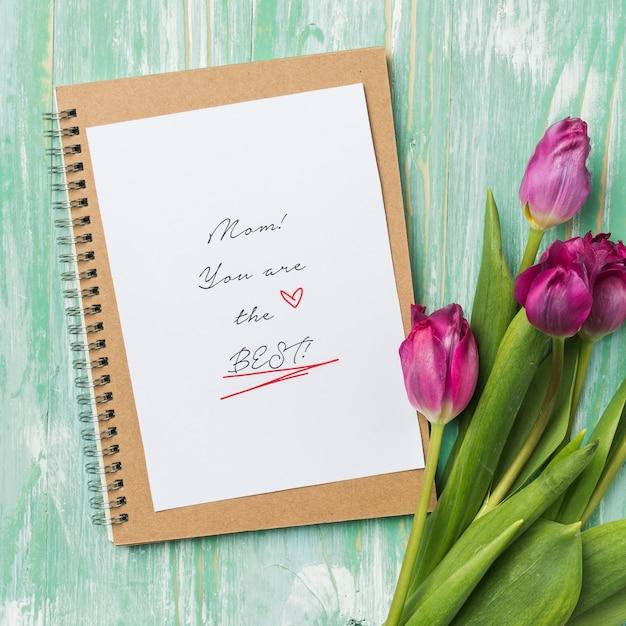 Moederdagkaart met tulpen Gratis Foto