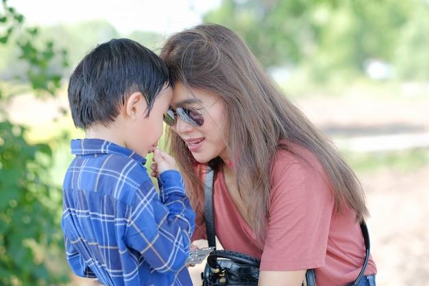 Moederliefde en zoon in de natuur Premium Foto
