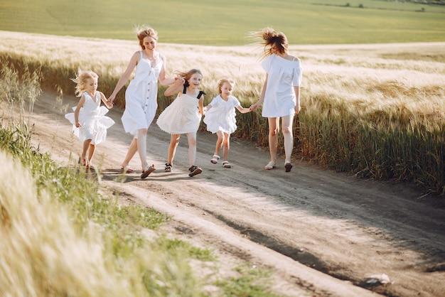 Moeders met dochters spelen in een herfst veld Gratis Foto