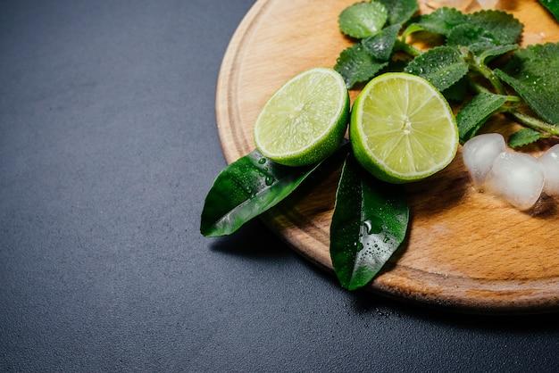 Mojito cocktail maken. munt, limoen, citroen, ijsingrediënten en barbenodigdheden. Gratis Foto