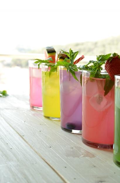 Mojito-cocktail van verschillende tropische smaken zoals ananas, limoen, aardbei, bessen en watermeloen Premium Foto