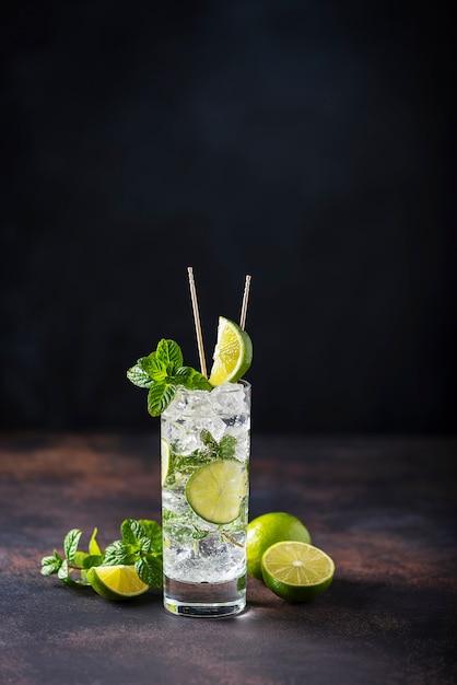 Mojito met limoen, munt en ijs Premium Foto