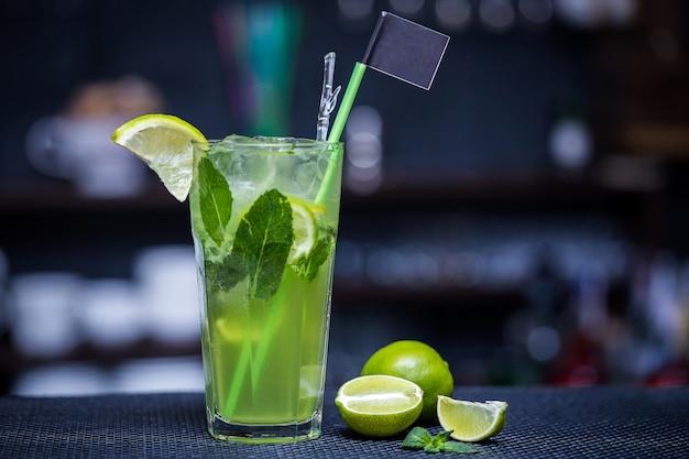 Mojito met limoen op de bar Premium Foto