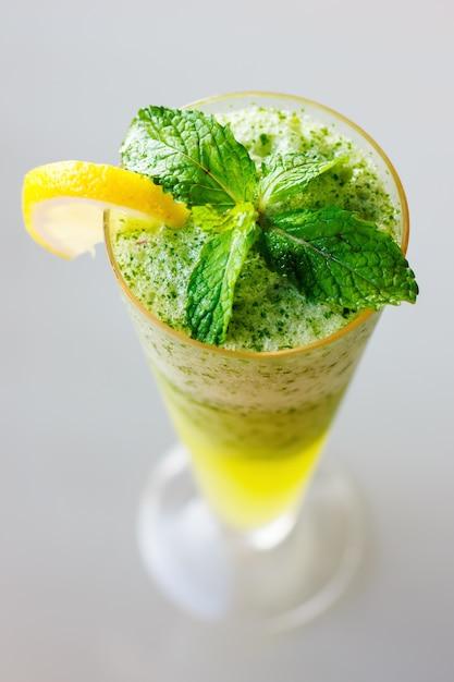 Mojitococktail dichte omhooggaand met verse muntbladeren Premium Foto