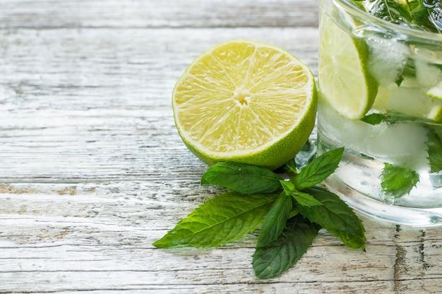 Mojitococktail met limoen en munt in longdrinkglas Premium Foto