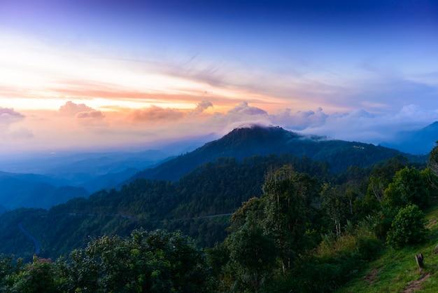 Mon sone view point, doi pha hom pok nationaal park, angkhang berg, chiang mai, thailand Premium Foto