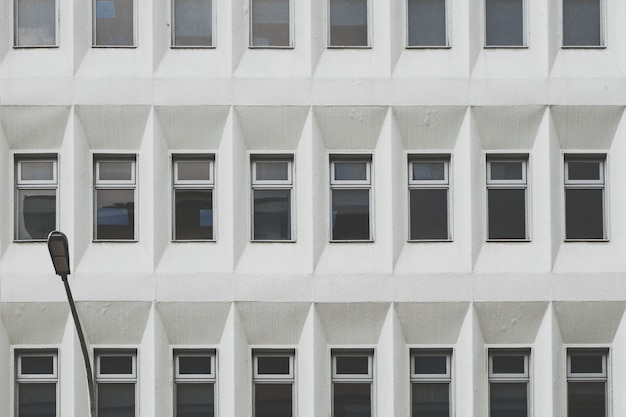 Monochromatisch gebouw met ramen Gratis Foto