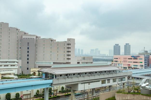 Monorailtreinen van odaiba stoppen bij een station om passagiers te sturen en op te halen in odaiba, japan Premium Foto