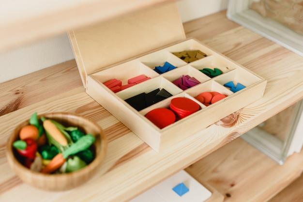 Montessori-houtmateriaal voor het leren van kinderen en kinderen op school Premium Foto