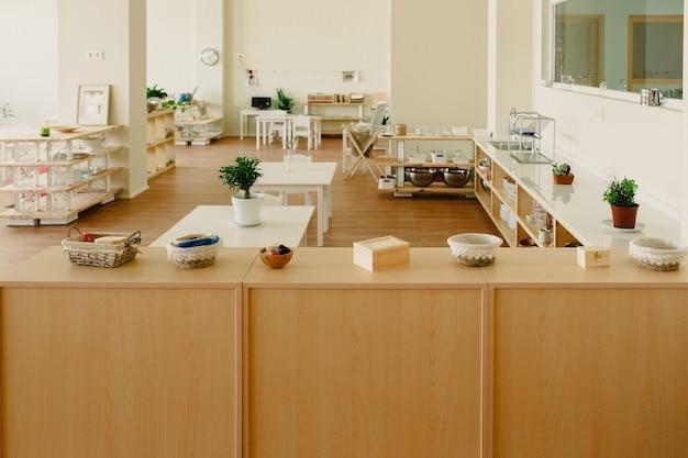 Montessori-materialen gerangschikt in de klas Premium Foto