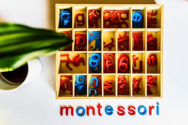 Montessori-methode is een educatief model, woord geschreven met houten letters. Premium Foto