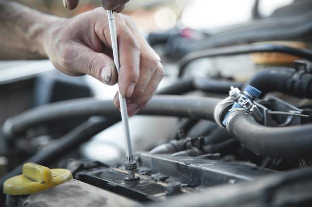 Monteur met schroevendraaier. auto reparatie, servicecentrum Premium Foto