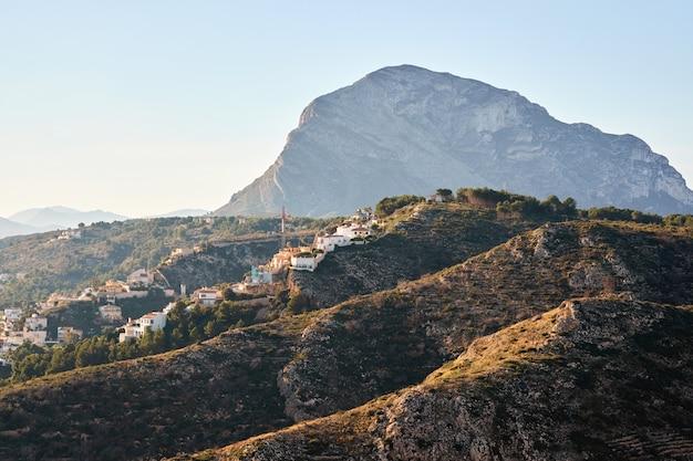 Montgo berg in javea bij zonsondergang Premium Foto