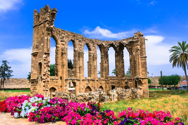 Monumenten van cyprus. ruïnes van de kerk van st. john in de stad famagusta (gazimagusa) Premium Foto