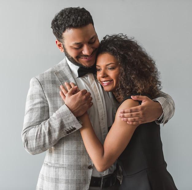 Mooi afro-amerikaans koppel in formele kleding knuffelen. Premium Foto