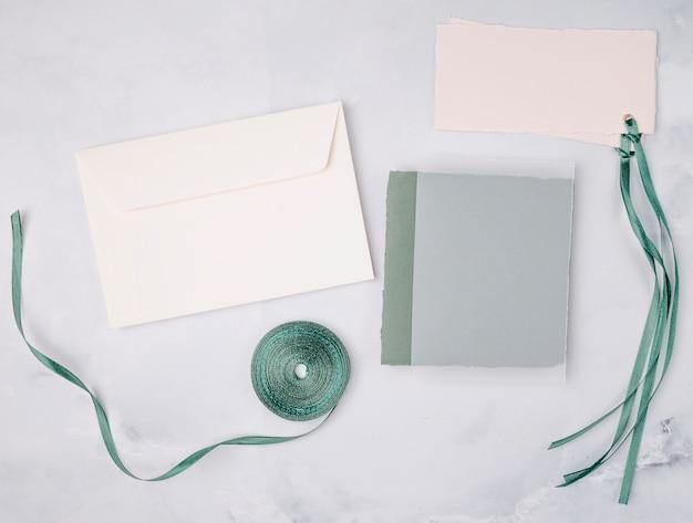 Mooi arrangement met trouwkaarten mock-up Gratis Foto