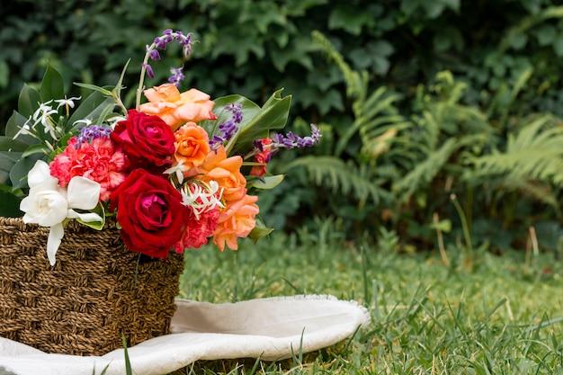 Mooi arrangement van rozen buiten Gratis Foto
