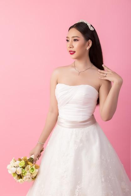 Mooi aziatisch bruidportret in roze studio Gratis Foto