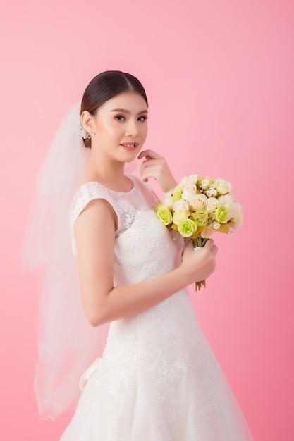Mooi aziatisch bruidportret in roze Gratis Foto