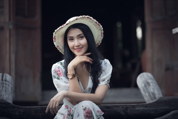 Mooi aziatisch het portretprofiel van het vrouwenmeisje en glimlachend in stijl van het tuin retro uitstekende beeld Premium Foto