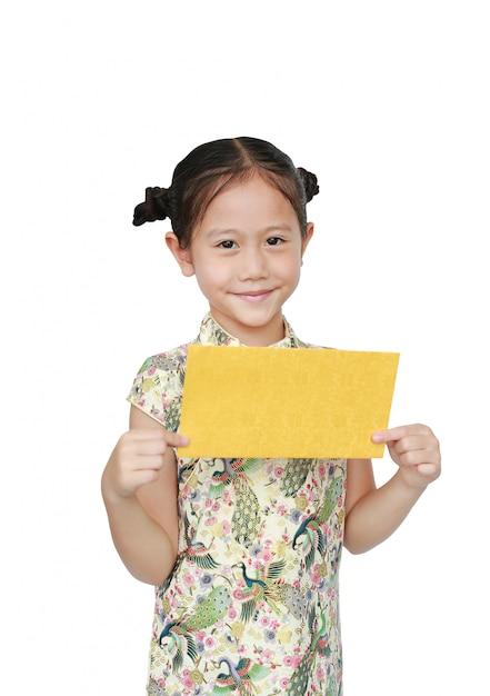 Mooi aziatisch meisje in traditionele cheongsam met holdings gouden envelop voor gelukkig chinees geïsoleerd nieuwjaar Premium Foto