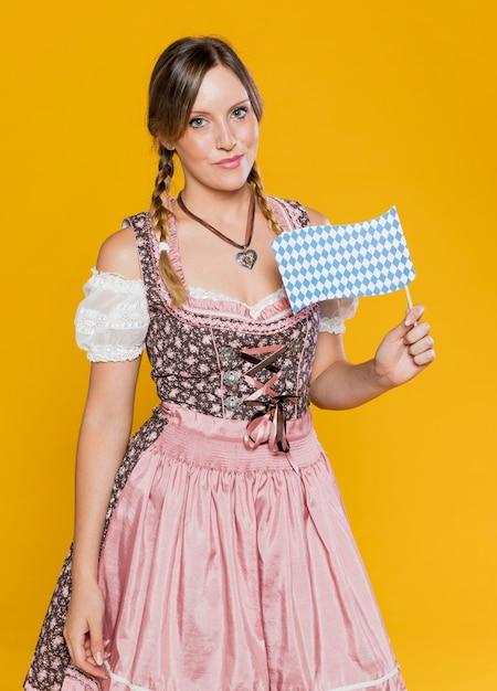 Mooi beiers meisje met vlag Gratis Foto