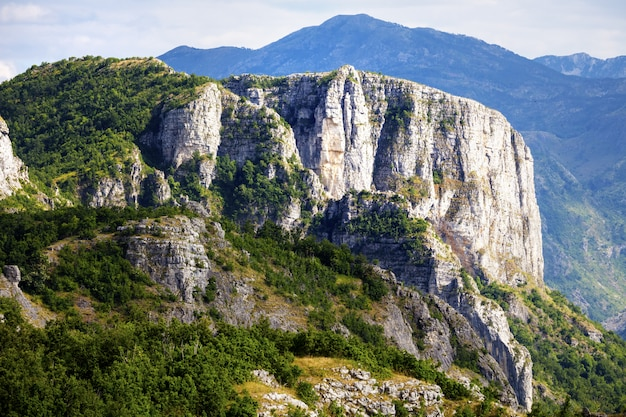 Mooi berglandschap op zomerdag. montenegro, albanië, bosnië, dinarische alpen balkan-schiereiland. Premium Foto