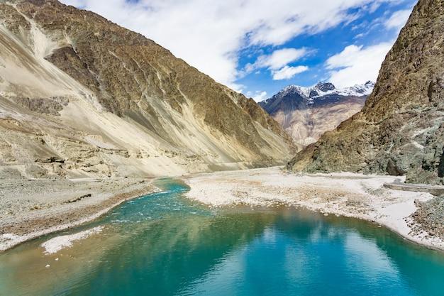 Mooi berglandschap van turtuk-vallei en de shyok-rivier. Premium Foto