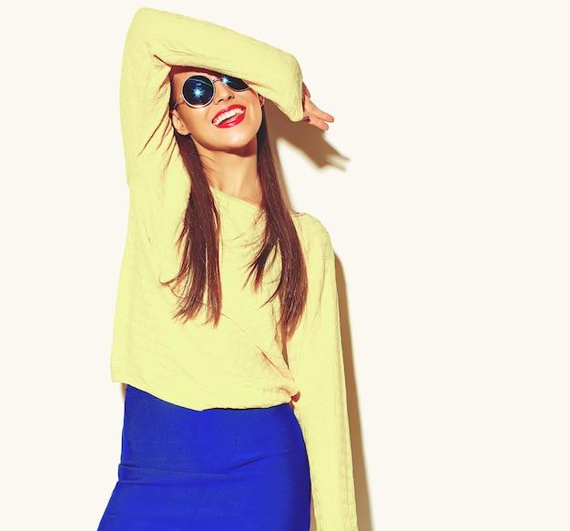 Mooi blij schattig lachende brunette vrouw meisje in casual kleding Gratis Foto