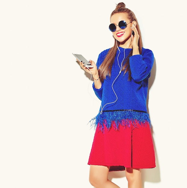 Mooi blij schattig lachende sexy brunette vrouw meisje in casual kleurrijke zomer kleding met rode lippen Gratis Foto