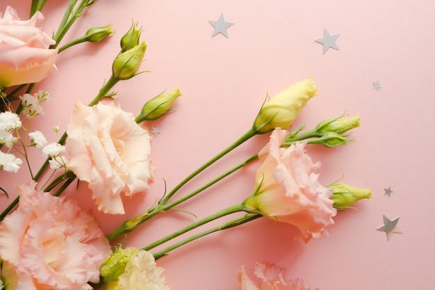 Mooi bloemstuk. boeket van bloesem roze eustoma lisianthus. bloemen levering concept. 8 maart, verjaardagskaartsjabloon. selectieve aandacht. decoratie-element. Premium Foto