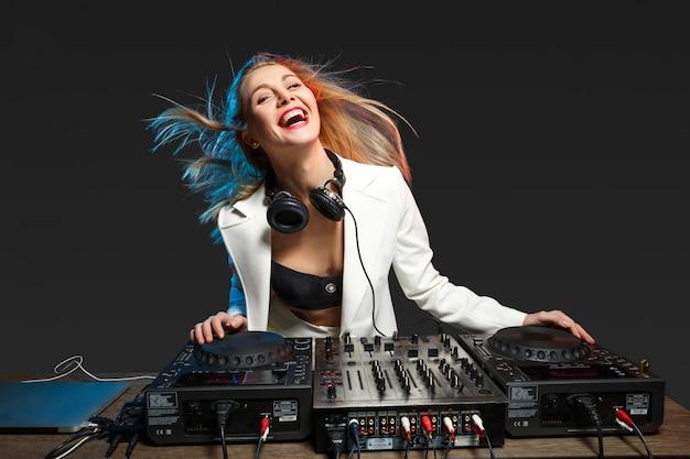 Mooi blond dj-meisje op dekken - het feest, Gratis Foto